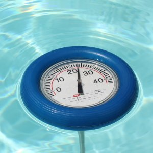 Schwimmendes Poolthermometer im Pool.